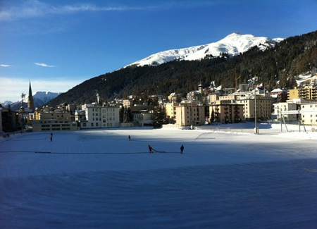 Foto: Davos Klosters Europe's biggest natural ice rink is getting ready! pic.twitter.com/ZZT14fta